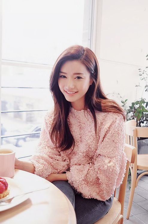 Park Sora wears a pink nubby sweater - very cute! -Lily #asianfashion