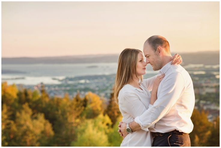 Pre wedding session Norway #grefsenkollen #breathtakingview #prewedding #prewedingsession #preweddingshoot #traveling #nordic #nordiskebryllup #norwegian #oslo #norway #goldenhour #sunset #nature #naturallight #annalauridsen #kullafoto #engaged #norwegiancouple #testphotography Pre-Wedding Photography Europe [Photo by Anna Lauridsen Kullafoto]