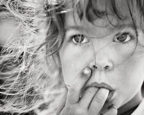 Le photographe n'a pas hésité à couper une partie du visage de l'enfant pour ce cadrage serré. Le résultat est une photo forte qui met en va...