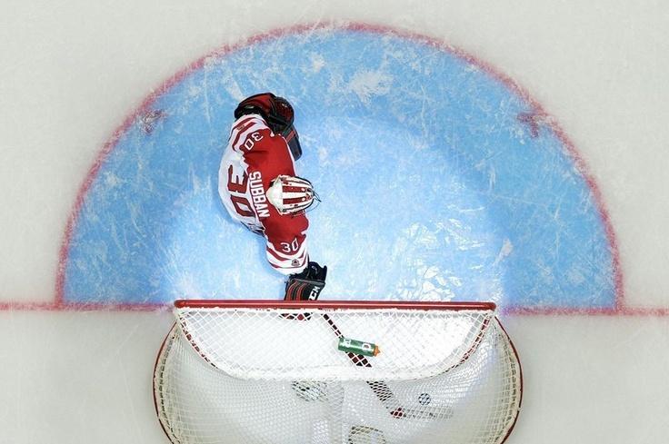 Malcolm Subban de Canadá retira el disco después de recibir un gol de Estados Unidos en la 2013 IIHF U20 World Junior Hockey Championship