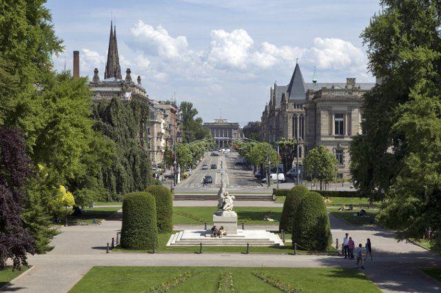 """Strasbourg, quartier """"Empire allemand"""" : perspective sur le Palais Universitaire depuis le """"Palais impérial""""- Palais du Rhin, place de la République"""