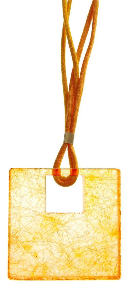 Pura lana vergine di pecora giallo contenuta in uno scrigno dal design elegante e rigoroso. Un prezioso cubetto in argento regola la lunghezza del doppio cordino multicolore. Dimensioni: cm.5x5x1. http://www.makehandbuy.com/pecorotto-giallo.html