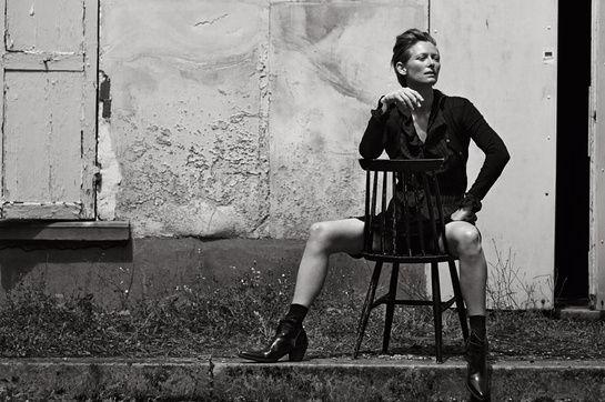 Tilda Swinton photographiée par Peter Linbergh pour le Vogue Italie à Le Raincy (France) en 2007 © Peter Lindbergh http://www.vogue.fr/mode/news-mode/diaporama/le-livre-100-photos-pour-la-libertes-de-la-presse-de-peter-lindbergh/20147/image/1045365#!peter-linderbergh-100-photos-pour-la-liberte-de-la-presse-reporters-sans-frontieres-tilda-swinton