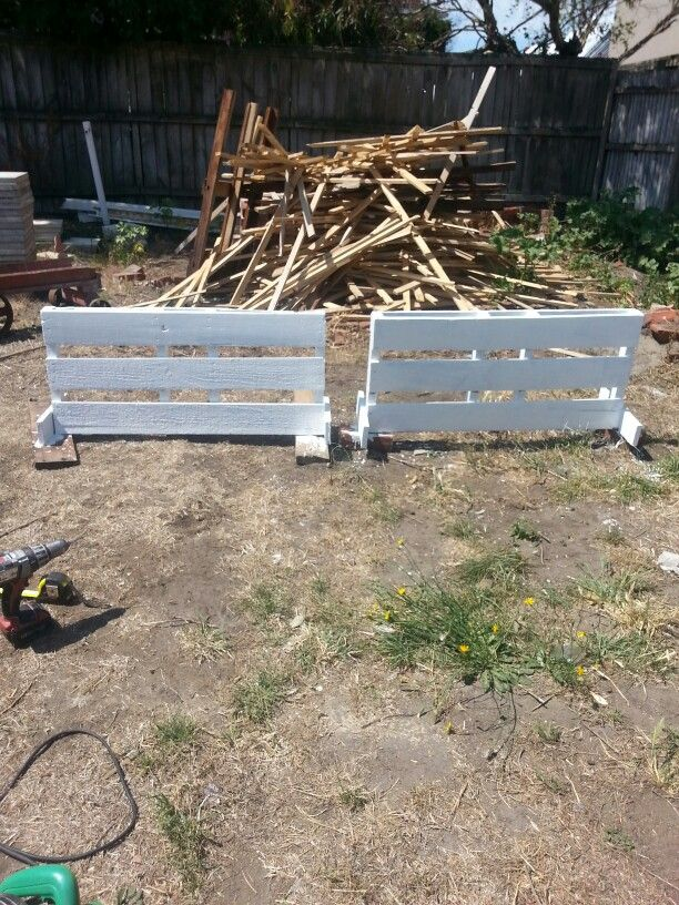 DIY fillers made from pallets. So simple to make your show jumps more exciting. Cut pallet in half, level any odd bits offs. Drill 2 extra pieces of timber to the back just to look nicer and be sturdier. Add feet on each end for stability. Paint with an undercoat then top coat. Could add branches/sticks in the middle to create a brush too.