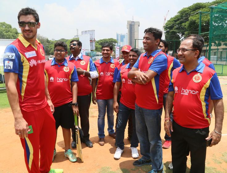 Mitchell Starc sharing cricketing tips & techniques with team ABD XI from Huawei