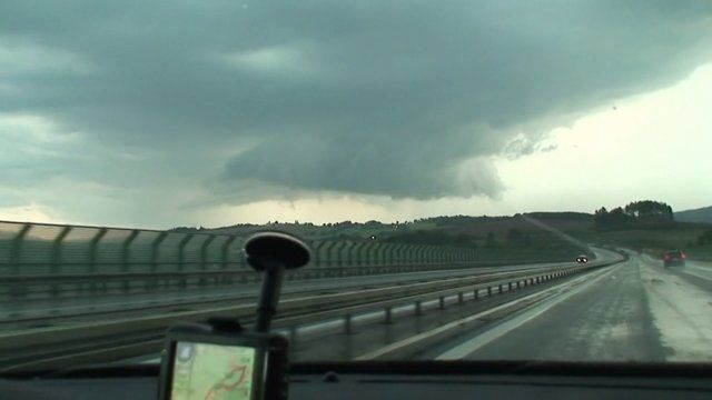 Vjezd začn cestou do oblasti Hofu, kde jsme pozorovali a měřili vvin pravděpodobn supercely, kter se vak rychle spojila s ostatnmi bouřky do linie. Linii jsme projeli od vchodu na zpad a zpět a pot jsme se nechali přejt slabou bouřkou vchodně od askho vběžku a rozpadajcm se MCS vchodně od Regensburgu.
