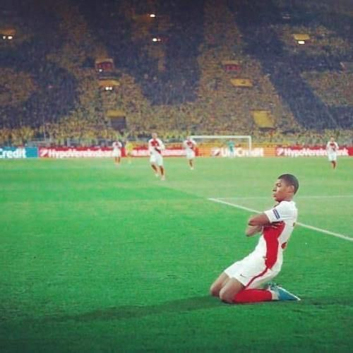 Todos hablan de los millones de euros que le esperan a Mbappé y su madre lo sigue llevando a los entrenamientos. -Subasic arquero Monaco- #Mbappe vía @juezcentral