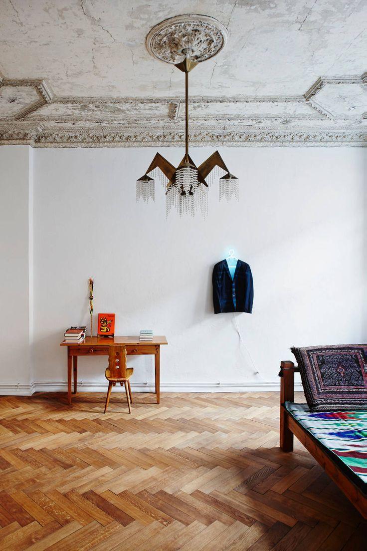 Люстры для спальни: 45 ослепительно красивых фото в интерьере http://happymodern.ru/lyustry-dlya-spalni-45-foto-kak-sdelat-pravilnyj-vybor/ Авангардная форма люстры в классической обстановке: состаренный потолок с лепниной, нейтральные белые стены,...