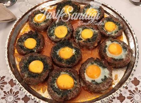 Mazlemeler Köftesi için 1 kilodana kıyma 2 adet kuru soğan (ince doğranmış) yarım demetmaydanoz (ince kıyılmış) 1 yumurta 1 bayat ekmek içi tuz karabiber pul biber ıspanak harç için 1 kilo ıspanak 1 adet soğan sıvı yağ tuz, karabiber Sosu için 2 yemek kaşığı domates salçası su tuz Üzerine yumurta
