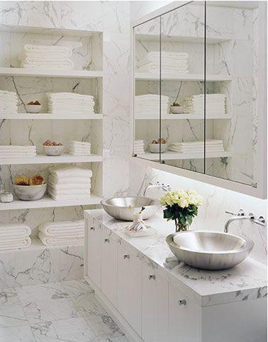 murs salle de bain en marbre avec étagère intégrée