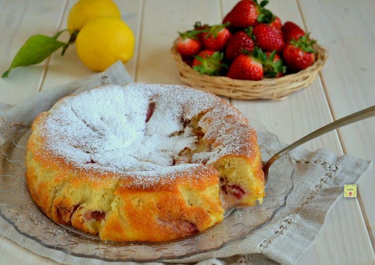 La torta nua alle fragole è una deliziosa torta con crema al limone e fragole nell'impasto, con un connubio fresco, soffice e goloso.
