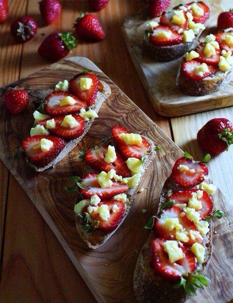тост С козьим сыром, клубникой и мятой