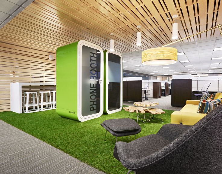 Eine gemütliche Lounge zur Entspannung. Das Highlight in der Mitte sind Telefonboxen.