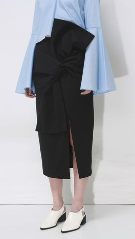 The Exaggerated waist tie-knot skirt