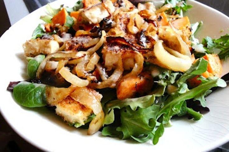 Ζεστή πατατοσαλάτα με καραμελωμένα κρεμμύδια Εύκολη και νόστιμη πατατοσαλάτα.