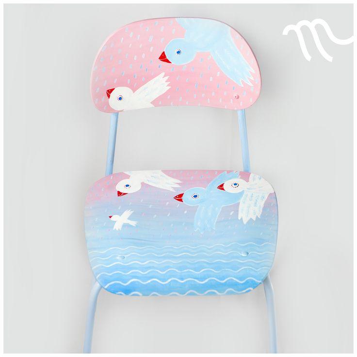 Svítání z ptačí perspektivy Ručně malovaná autorská židlička. Výška sedátka je 39 cm nad zemí. Sedátko je prostorné (38 x 39,5 cm). Recyklovaná, pohodlná, stabilní, odolná. Použité barvy mají atest na použití pro dětské hračky. Židle je opatřena minimálně třemi vrstvami bezbarvého krycího laku proti ošoupání. K prodeji pouze tento jeden originál.