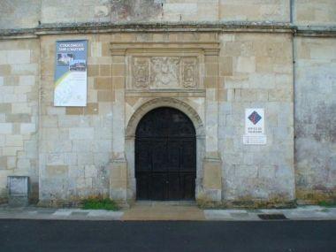 Coulonges-sur-l'Autize: Porte d'origine du château. 7) Le traité est signé à Coulonges-les-Réaux, actuellement Coulonges-sur-l'Autize, le 18 septembre 1469, lors d'une réconciliation entre Louis XI et Charles de Guyenne. En fait, afin que Charles s'éloigne de l'Ile de France ainsi que de la Bourgogne, le roi choisit pour lui la Guyenne reconquise depuis seulement une 15° d'années, un pays où il existe toujours des querelles entre clans ou partis.