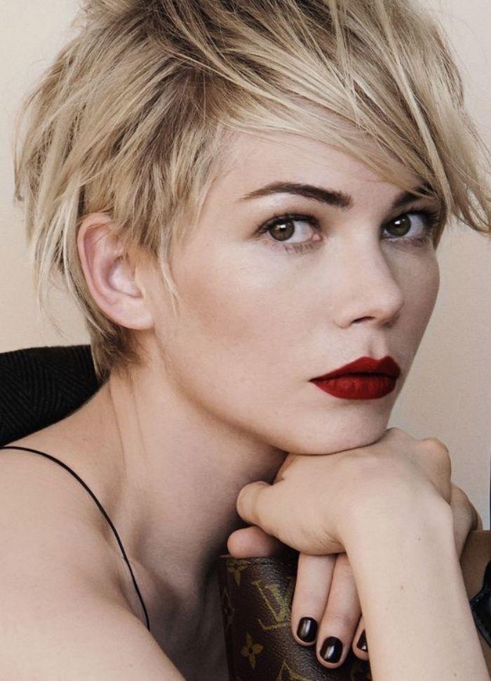 idée de coupe de cheveux courte femme, frange asymétrique effilée, coiffure stylée, cheveux blond