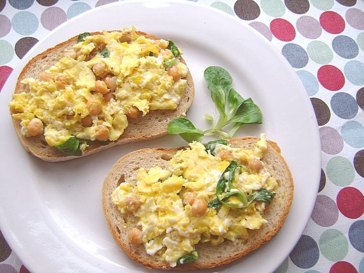 Jajecznica z ciecierzycą i roszponką