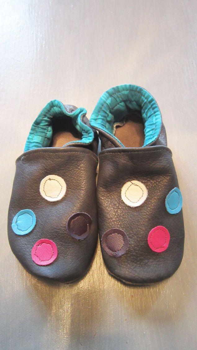 Chaussons en cuir (avec ce tuto http://deco-cuir.over-blog.com/article-tutoriel-pour-faire-des-chaussons-en-cuir-pour-bebe-39357111.html)