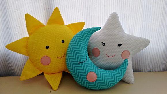 Trio de almofadas decorativas contendo uma almofada sol, uma almofada Lua e uma almofada estrela. São confeccionadas em tecidos 100% algodão, carinhas pintadas e bordadas a mão, enchimento em fibra siliconada antialégica, todas as almofadas possuem capas pondendo ser retiradas para lavar. Medida...