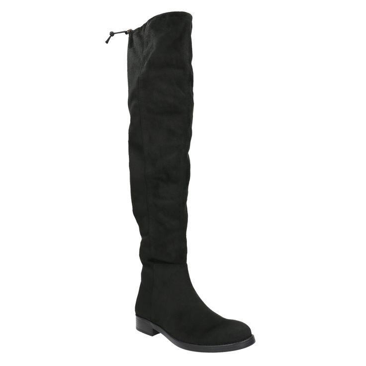Kozačky nad kolena jsou horkým trendem. Semišový vzhled jim dodává hřejivý nádech, černá barva zase šmrnc, který neomrzí. Kozačky mají zip po stranách a gumičku, která zamezí sklouznutí z nohou. Naprosto skvěle k nim budou vypadat béžové šaty na knoflíčky či úzké džíny s obřím svetrem.