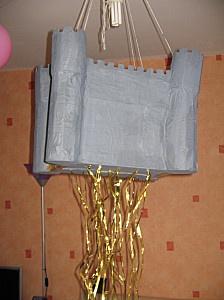 piñata château fort pour anniversaire chevalier