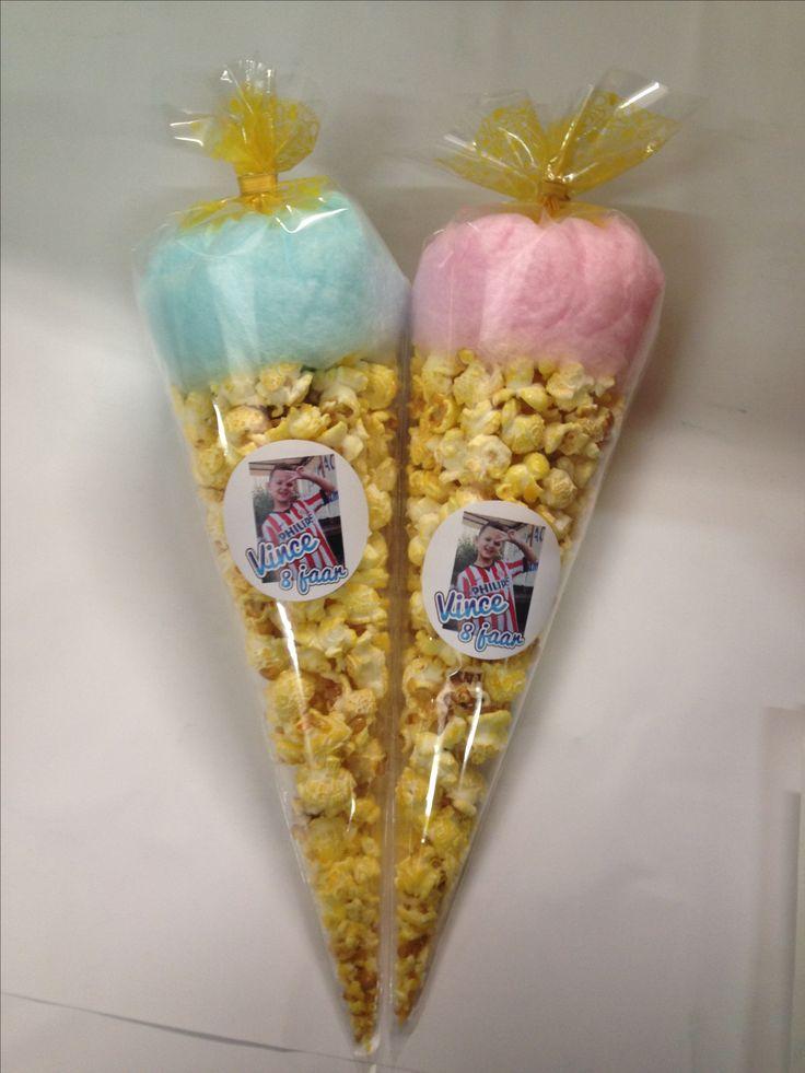 popcorn en spin in 1 zakje blauwe voor de jongens.. roze voor de meiden in de klas