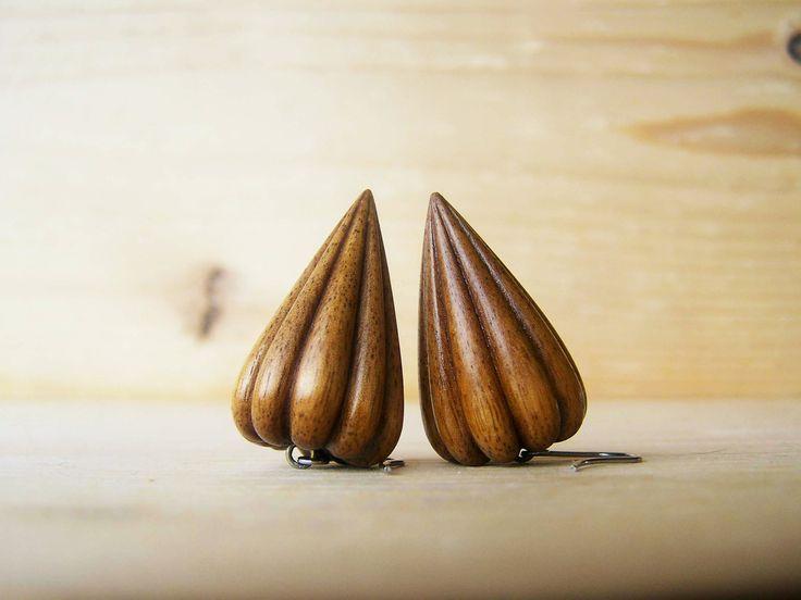 Ořechové Autorské dřevěné ručně řezané náušnice 3,2x1,9x2,1cm, ořech, mořené, lněný olej, šelak, leštěné Háčky jsou z chirurgické oceli Lehký déšť nevadí (vyzkoušeno), jináč vodu nedoporučuji