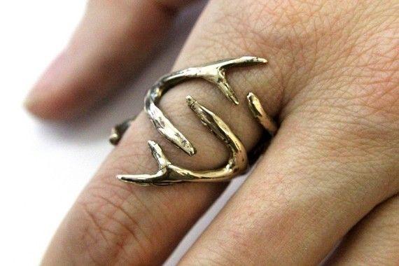 Verklaar dat uw liefde voor de natuur met deze gedetailleerde 3D whitetail herten gewei ring in gepolijst silicon brons gegoten. Ik maakte het door het versmelten van een set van mijn miniatuur gewei Hangers samen op hun kronen en hand vormgeven van de geweien rond een as ring, zodat de tanden van de Geweitak zonder aan te raken snijden. Ook verkrijgbaar in sterling, zie mijn andere aanbiedingen.  ALTERNATIEVE OPTIES:  VERZILVERD: HTTPS://WWW.ETSY.COM/LISTING/100442223&#x2...
