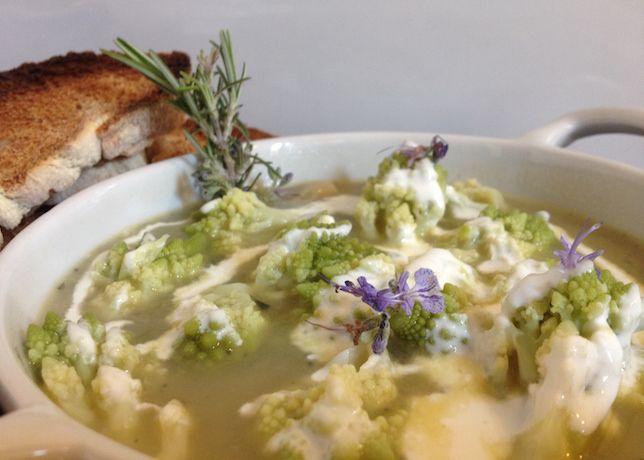 Zuppa di broccolo romano al rosmarino con salsa di Castelmagno DOP | Food Loft - Il sito web ufficiale di Simone Rugiati