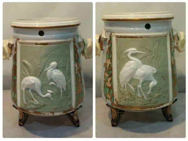 Par de vasos Séc XIX em porcelana inglesa período viteriano, decorados em relevo com pássaros, num a