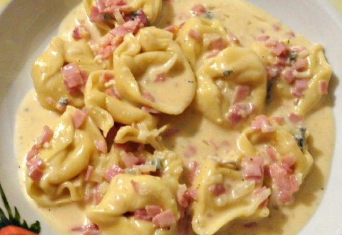 Tortellini sajtos-sonkás mártással