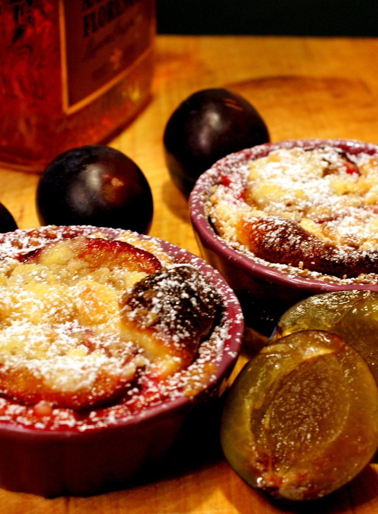 Mini plum tarts with amaretto liqueur