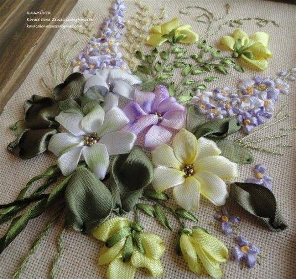 Tarka virágcsokor szalaghímzéssel. Kép.