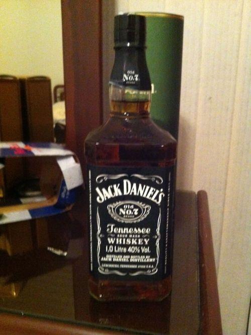 Jack Daniels Nº7 Whisky Tennessee  País: Estados Unidos  Porcentaje de Alcohol: 40%  Ver reseña: http://cepasdestiladosfermentados.tumblr.com/post/24041218002/jackdaniels7