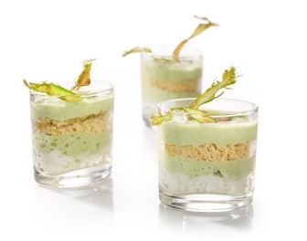 Espuma van groene asperges met laagjes eiwit en eigeel.