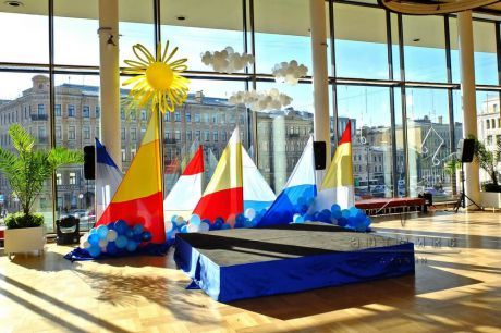 Оформление мини – сцены воздушными шарами и тканями в фойе БКЗ