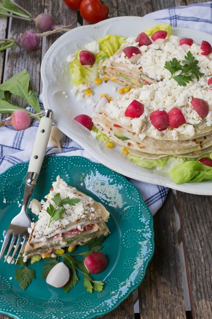 Pastel de verduras con capas de tortillas y elote, atún, tomate, aguacate y más. Delicioso. Patrocinado por TortillaLand. #ad