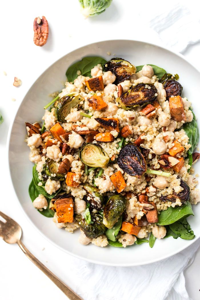 Fall Harvest Quinoa Salads made in MASON JARS! With spinach, roasted veggies, chickpeas and a miso-tahini dressing!
