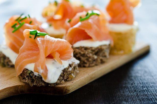 Canapés de salmón ahumado y queso ¡Qué fáciles!    #CanapesDeSalmonAhumado #RecetaCanapes #AperitivosFaciles #AperitivosDeNavidad #Tapas