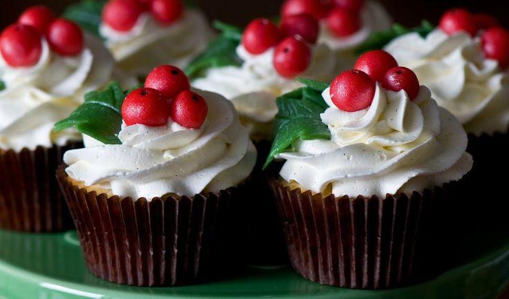 Ιδανικο για τα Χριστουγεννιατικα cupcake μας!!!  Για το frosting βανίλιας Υλικά 450 γρ. άχνη ζάχαρη 170 γρ. Βιτάμ μαργαρίνη, σε θερμοκρασία δωματίου 2 κ.σ. γάλα ½ κ.γ. εσάνς βανίλιας (ή σκόνη βανίλια διαλυμένη σε νερό) Εκτέλεση Χτυπάμε τη μαργαρίνη στο μίξερ μέχρι να αποκτήσει κρεμώδη υφή. Προσθέτουμε τη ζάχαρη, το γάλα και τη …