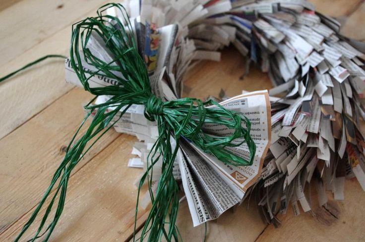 Věnec z novinového papíru - List novinového papíru jsme několikrát přehnuli až jsme získali obdélníček. Ten jsme na delší hraně nastříhali a obtočili kolem polystyrenového korpusu. Toto jsme několikrát opakovali a na závěr přidali mašli z lýka ( DIY, Hobby, Crafts, Homemade, Handmade, Creative, Ideas)