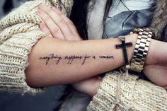 """Pequeño tatuaje en el antebrazo que dice """"Everything happens for a reason"""", frase en inglés que traducido al castellano significa """"Todo pasa por alguna razón""""."""