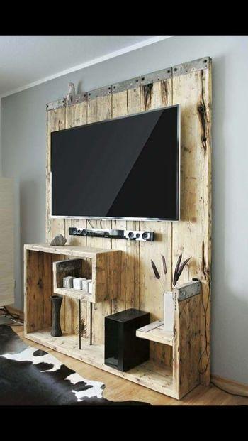 建材をリサイクルしたような、壁掛け型のテレビボード。色味の薄い木材を使うことで、背の高さの圧迫感をなくして。
