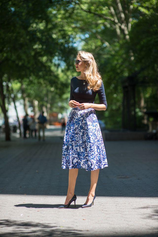 blue patterned white skirt navy blue shirt dark blue heels