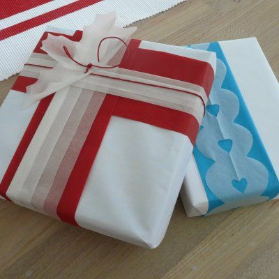 We thought we would share some of our ideas for wrapping, this time with tissue paper (because it is cheap and comes in lots of colours) and baking paper (because most people would have a  roll in their kitchen drawers).