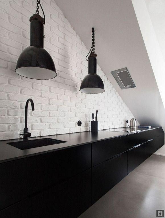 """Cuisine """"all black"""" sobre et design - j'aime bien les luminaires noirs, et le contraste avec les briques blanches plus """"brutes"""" est intéressant."""