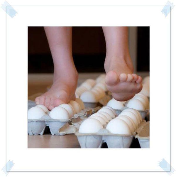 Experimentos con huevos para realizar en un aula de educación infantil. Consiste en andar sobre una docena de huevos, los alumnos comprobarán que soportan su peso y no se rompen.