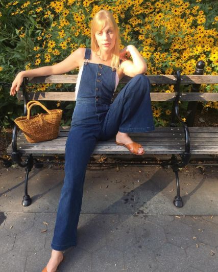 30 No-Brainer Weekend Outfits To Copy Now #refinery29  http://www.refinery29.com/casual-outfits-lazy-girl-weekend-style-photos#slide-18  Nope, you're still not too old for overalls....